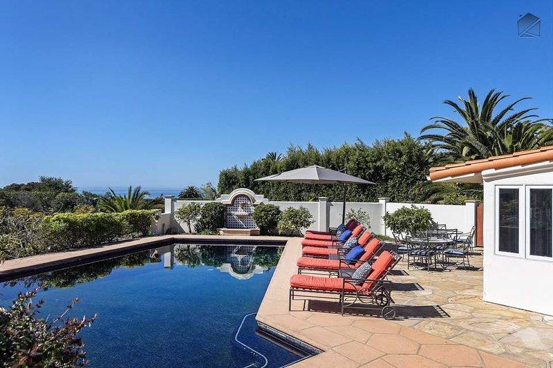 Profitez du luxe de style complexe dans le confort de votre propre maison avec la piscine privée et des chaises longues.