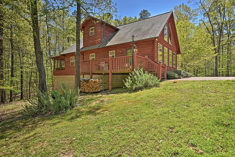 Unwind in this 2-bedroom, 2-bathroom vacation rental cabin in Mount Ida.
