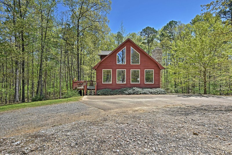 A short walk from Lake Ouachita, this is the perfect summer getaway.