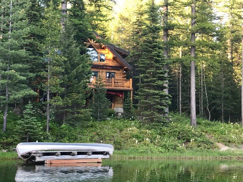 Esta cabaña de alquiler de vacaciones ofrece 2 dormitorios, 2 baños y alojamiento para 9.