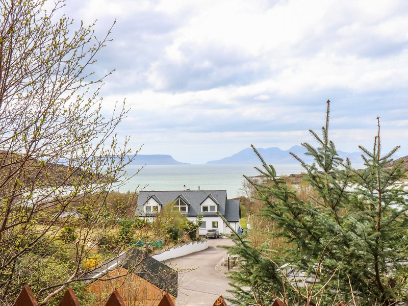 1 SANDHOLM, superb elevated views, Mallaig 2.5 miles, West Highland line, location de vacances à Lochailort