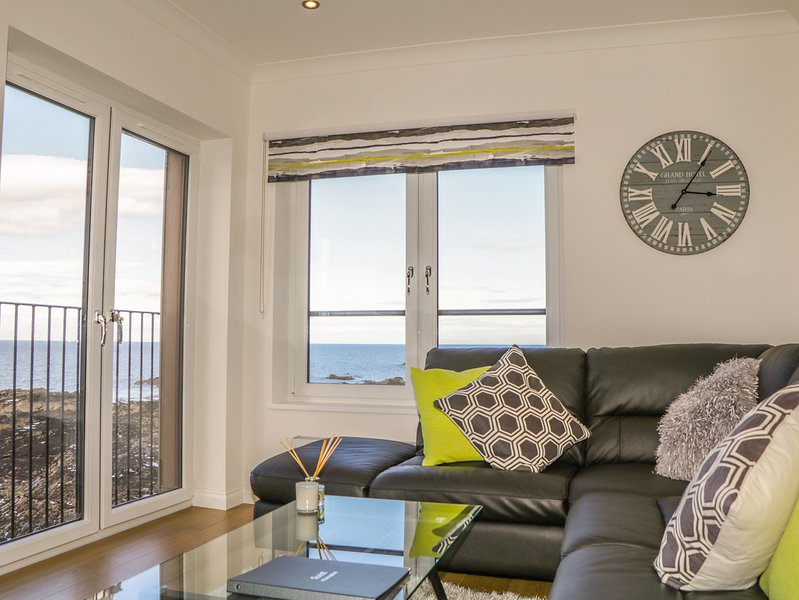 24 WATERS EDGE, idyllic views, open plan, breakfast bar, in Banff, vacation rental in Macduff