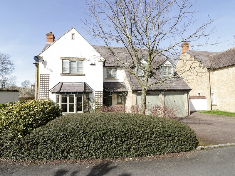 THE WILLOWS, dog-friendly, en-suites, near Cotswolds AONB, Ref 975182, holiday rental in Kineton