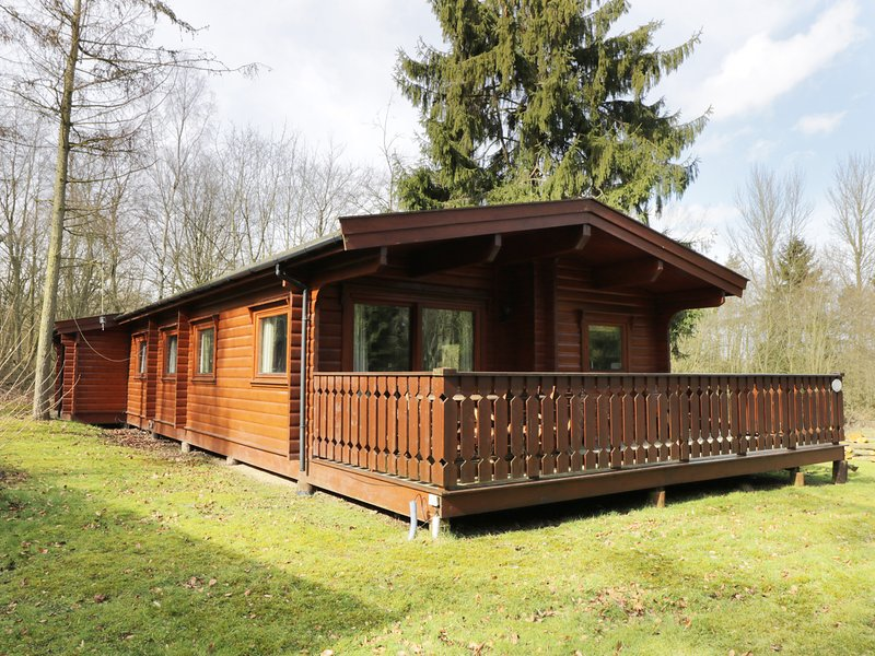 RED KITE LODGE, open-plan, decked area with furniture, near Louth, holiday rental in Louth