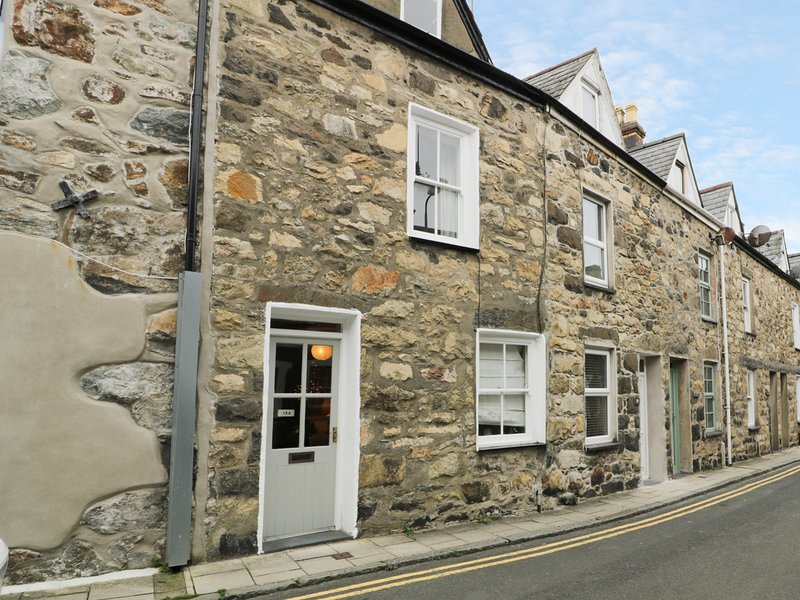 19A KINGSHEAD STREET, exposed beams and stone, WIFI, centre of Pwllheli, Ref, holiday rental in Efailnewydd