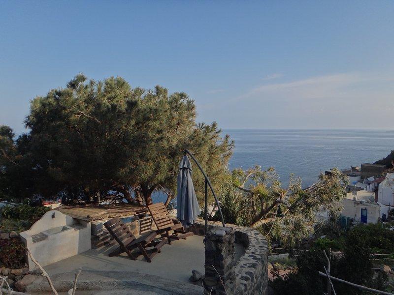 Piccola bomboniera a 35 gradini dal mare, casa vacanza a Filicudi