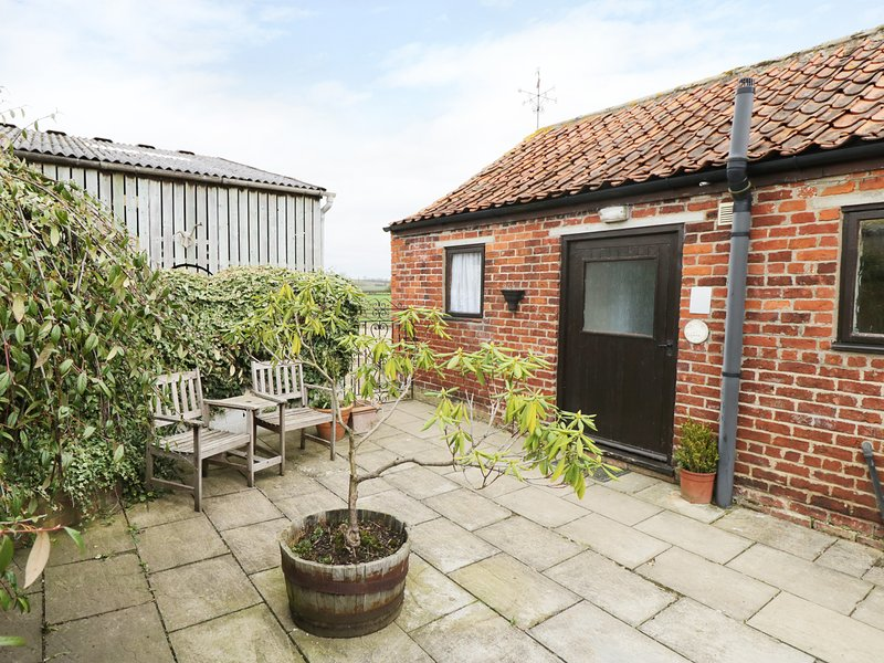 MEADOW COTTAGE, on working farm, open-plan, exposed beams, Ref 974387, holiday rental in Kirkbymoorside