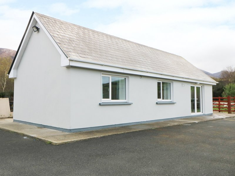 ARD NA GLEN, panoramic countryside views, open-plan, WiFi, Ref 986041, holiday rental in Farranfore