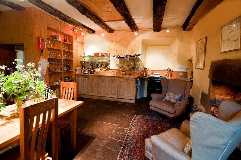 cucina in legno su misura, a base di alberi che crescono accanto alla Torre.
