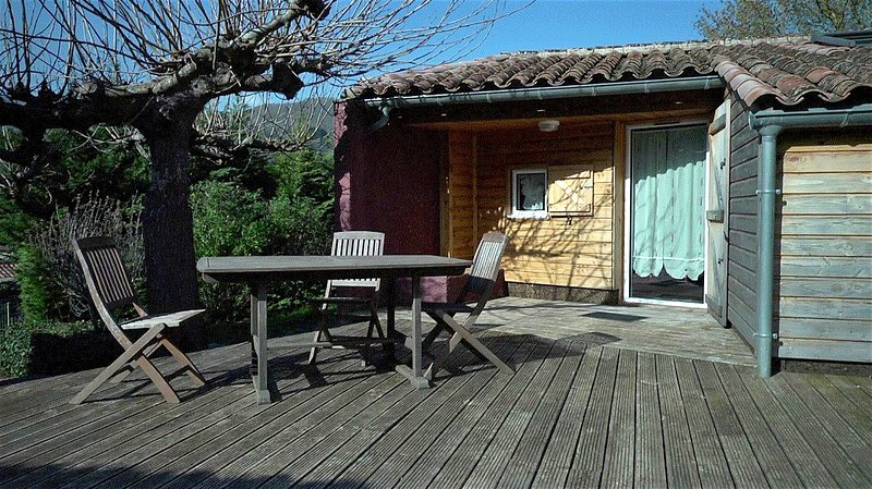 Beautiful chalet with mountain view, aluguéis de temporada em Saint-Etienne-d'Albagnan