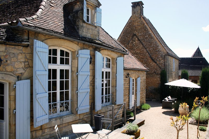 AU COEUR DE DOMME - BEAUTIFULLY FURNISHED STONE COTTAGE IN THE HEART OF DOMME!, alquiler vacacional en Domme