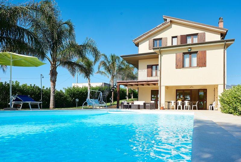 Meravigliosa Villa con piscina, a pochi km dalla spiaggia..., vacation rental in Alcamo Marina