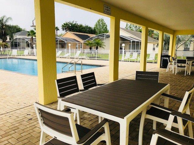 piscina comunitaria en la casa club con asientos