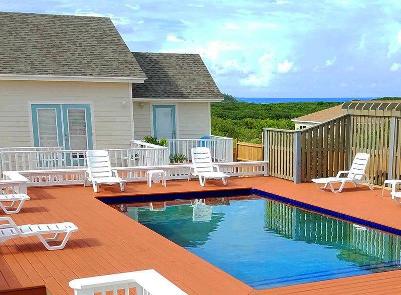 Hermosa villa de nueva construcción con varias cubiertas, piscina y playa de clase mundial aeropuerto.