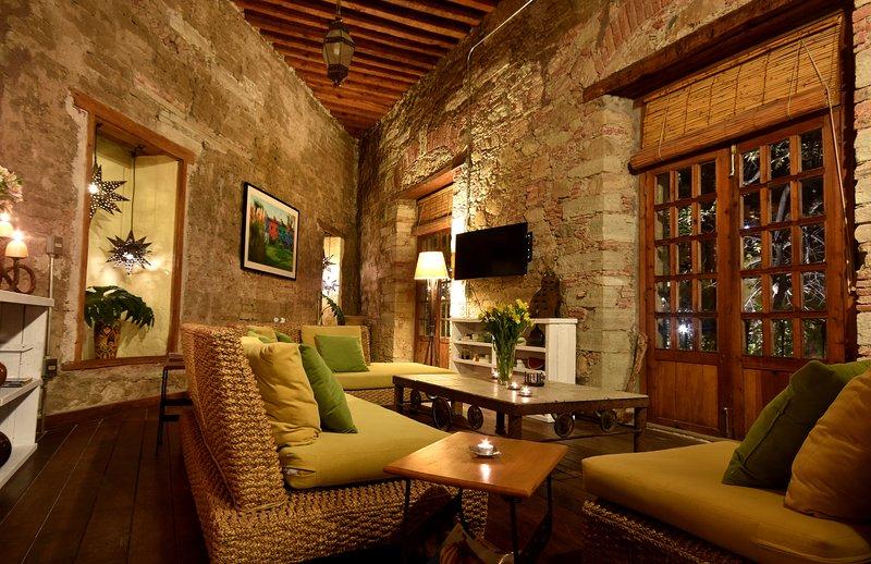 Gezellige woonkamer met 5 Franse deuren die open te stellen voor Plaza San Fernando