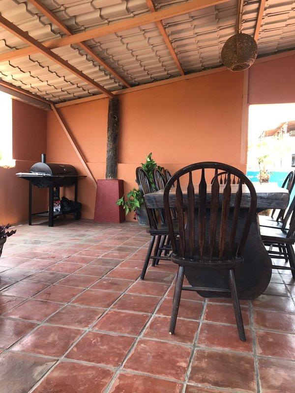 área comum com grande bela vista do terraço, mesa parota para dez pessoas e churrasco,