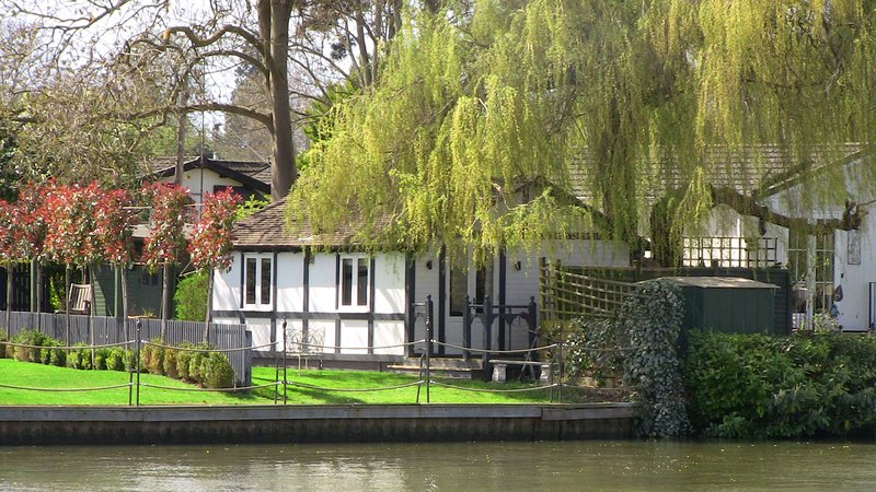 Willow Lodge Windsor, charming riverside cottage at King Edward House Windsor, vacation rental in Windsor and Maidenhead