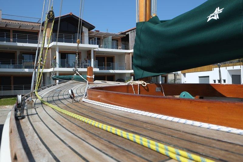 Desde su terraza, orientada al sur, se pueden admirar los barcos amarrados en el muelle ...