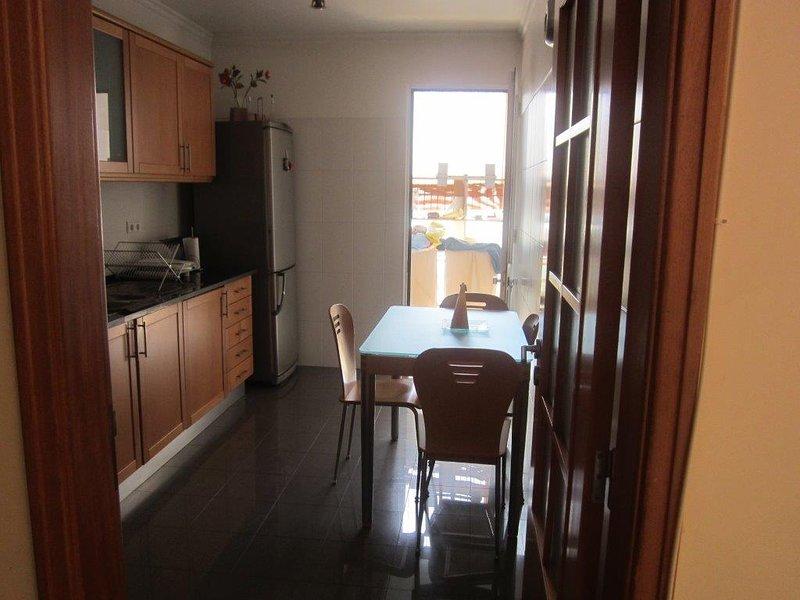 the apartment is very comfortable near to the see and the shops the have Wi-Fi p, aluguéis de temporada em São Martinho
