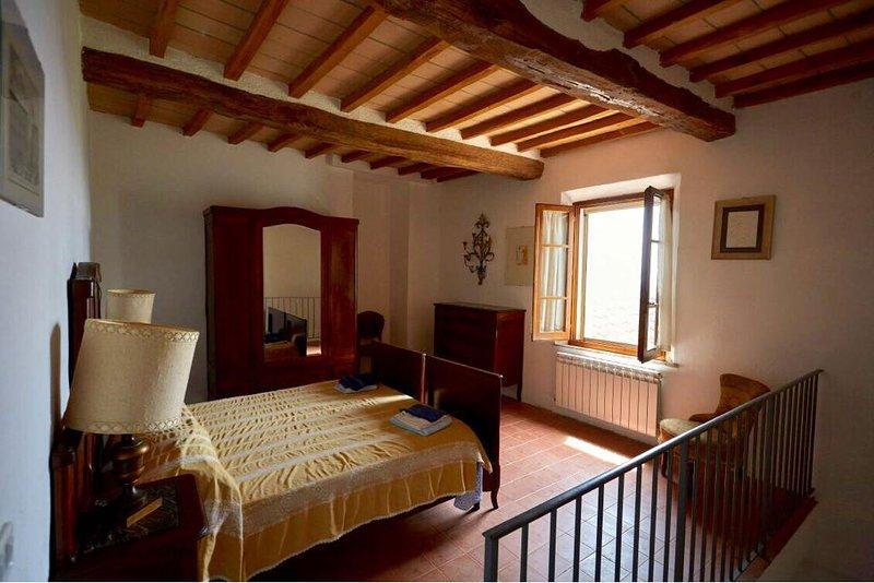 2 Bedrooms Flat Crete Senesi, holiday rental in Bollano