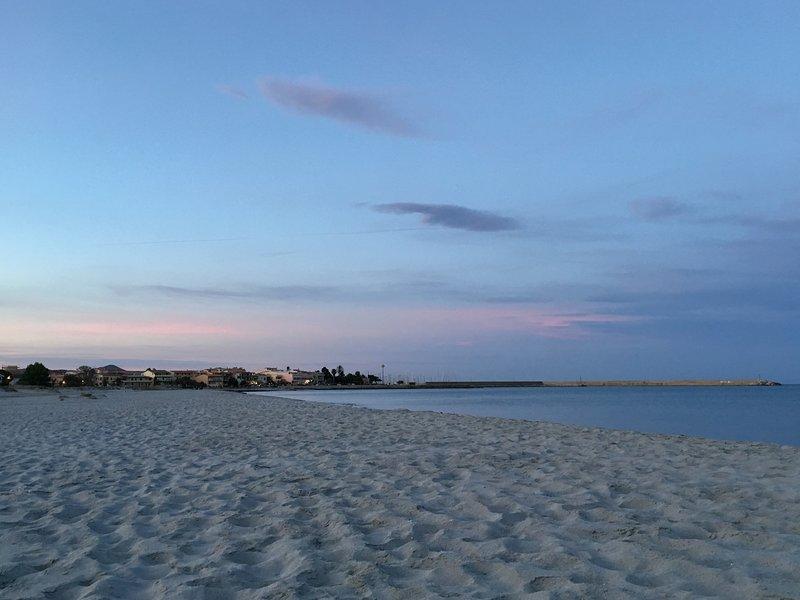 spiaggia di sabbia fine e bianca e poco profondo fondo del mare.