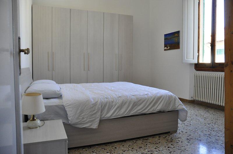 Ampia e luminosa camera matrimoniale arredata con mobili nuovi vicino al centro, alquiler vacacional en Montanino