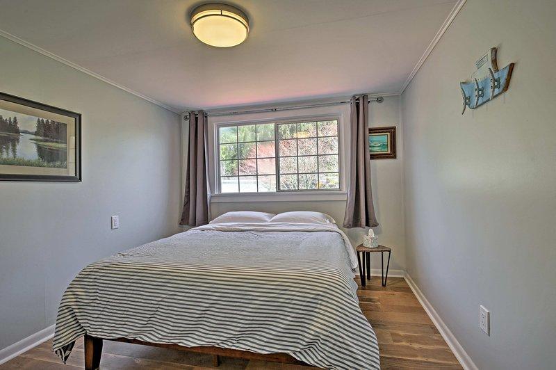 Duas pessoas podem compartilhar o conforto deste cama queen.