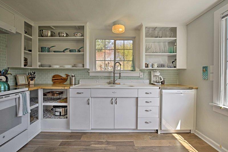A espaçosa cozinha totalmente equipada tem tudo o necessário para refeições caseiras.