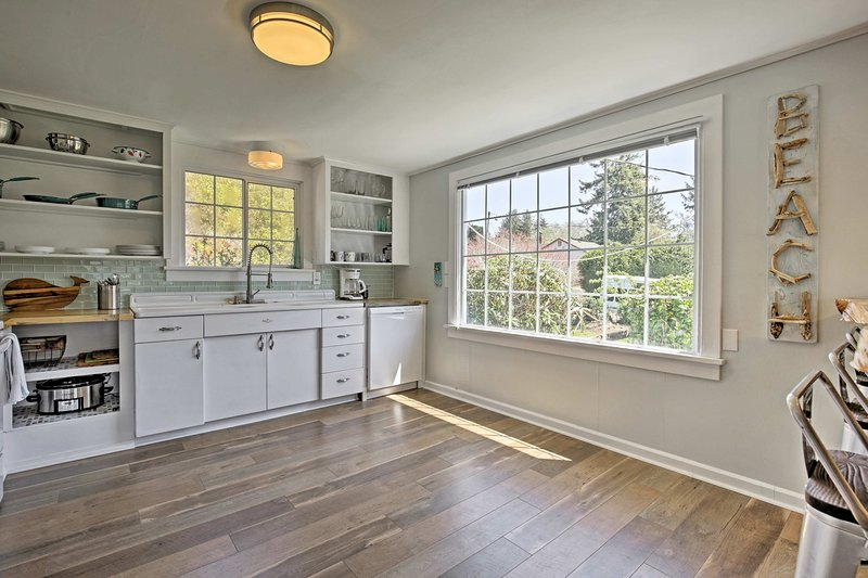 Personalizado armários branco destaca o espaço de cozimento.