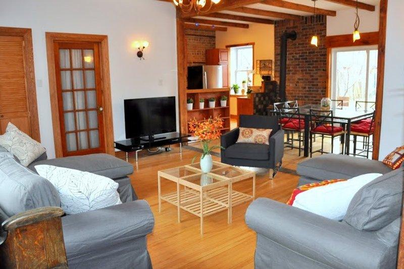 salón amplio y cómodo. Mucha luz natural. TV de alta definición y ...