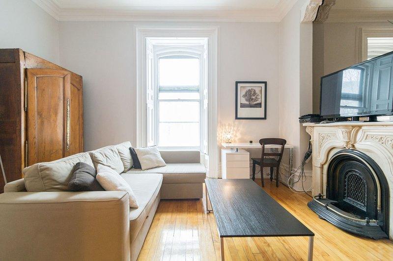 Super soffitti alti, pavimenti in legno e grandi finestre offrono un sacco di ...