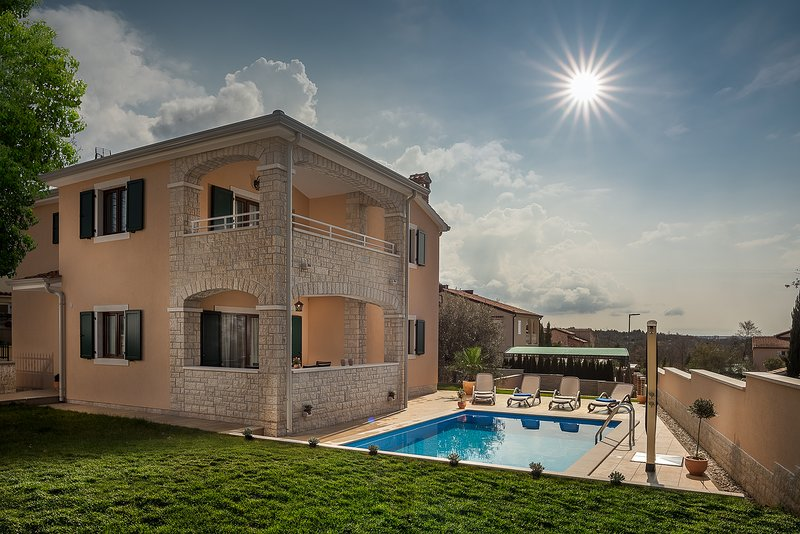 Villa Elize with pool near Lanterna Resort, vacation rental in Cervar Porat