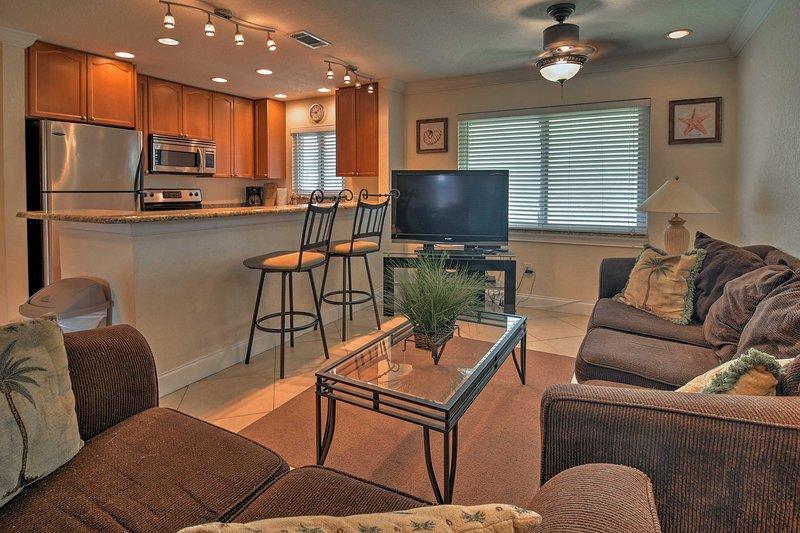 Salon confortablement à l'intérieur sur les canapés confortables dans le salon.