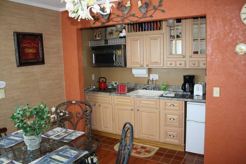 Kitchette har allt du behöver: rätter, spishäll, köksredskap, litet kylskåp, kaffekanna, brödrost