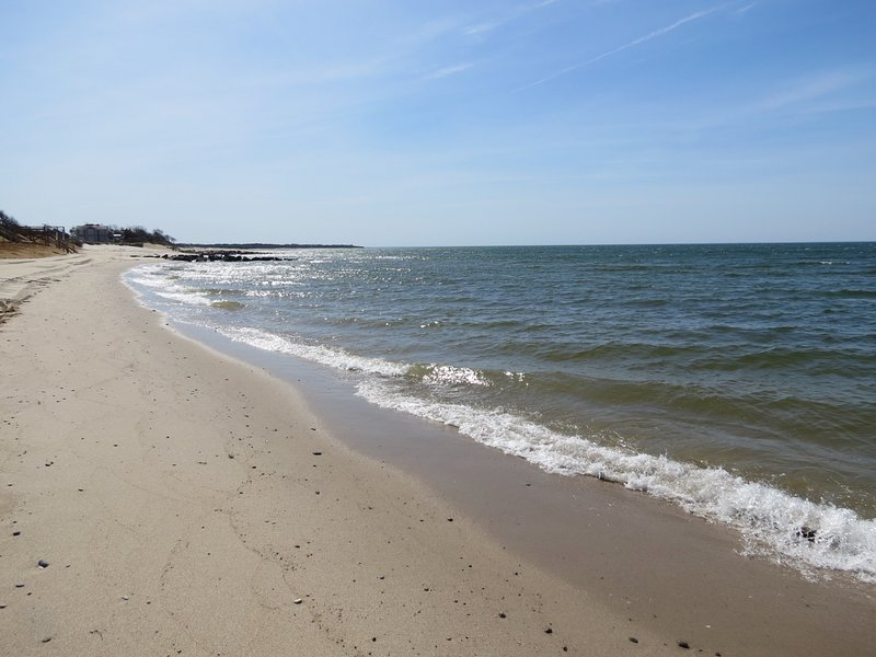 1 minute walk to a private beach on the bay!