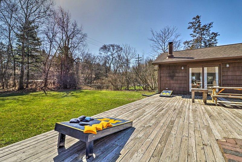 Passez vos journées ensoleillées sur le pont de cette location de maison de vacances.