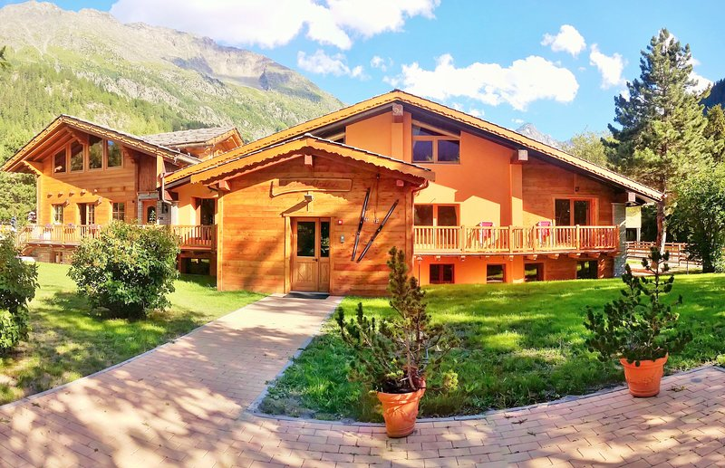 Chalet Alpina 2 bedroom apartment 5 minutes walk from the ski lifts, holiday rental in Verrand