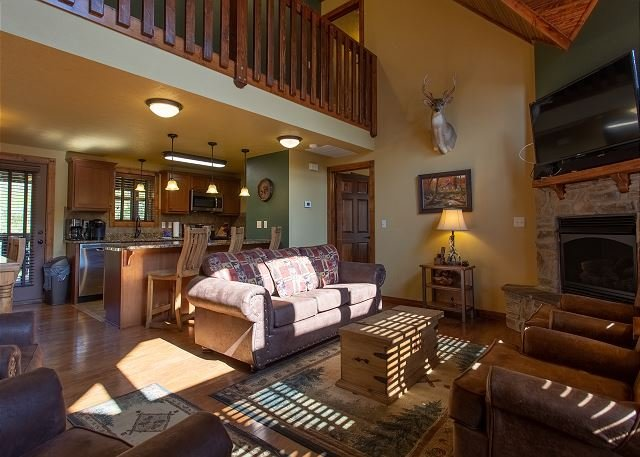 Exquisite Decor in this 6 BD Cabin! Super Close to Fun Attractions and Shops!, Ferienwohnung in Saddlebrooke