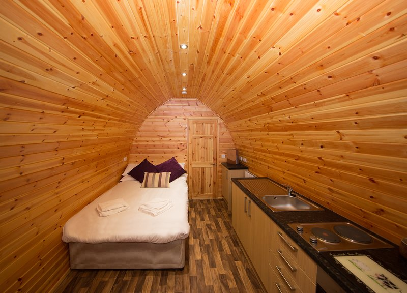 Quirky glamping pod on the Somerset Levels (Raspberry), casa vacanza a Catcott