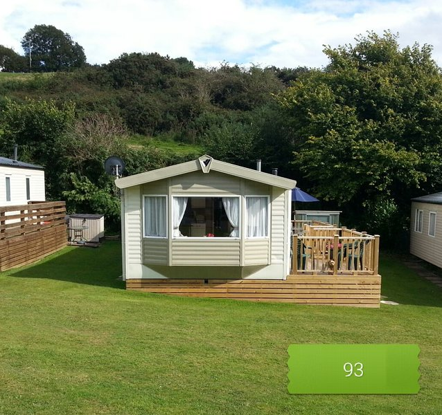 Beautiful caravan on family friendly site with pool. 0.6 miles to beach, vacation rental in Saundersfoot
