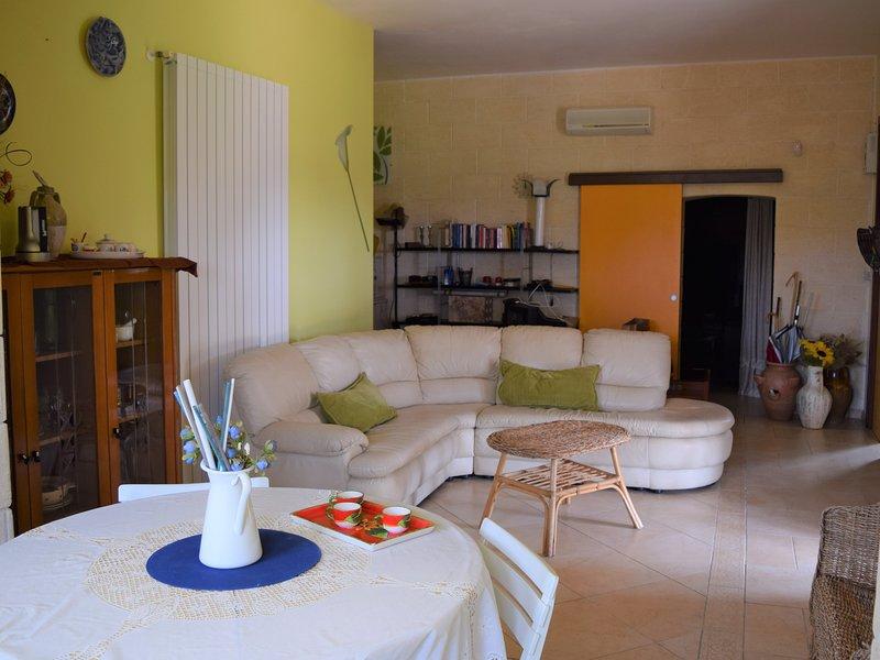 villa con ampio giardino immersa negli uliveti secolari, holiday rental in Monacizzo-Librari-Truglione