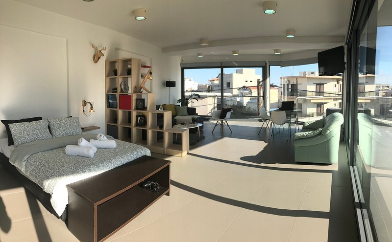 360° Window-view Suite in Heraklion center., holiday rental in Ammoudara