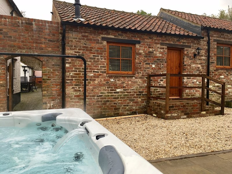Lucasland Holiday Complex - PRIVATE ONSITE PUB & HOT TUB! !, casa vacanza a Flixton