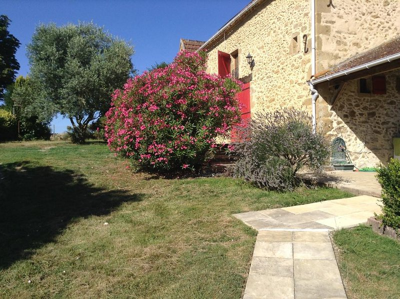 Beautiful newly converted gite with stunning views and salt water swimming pool, holiday rental in Aignan