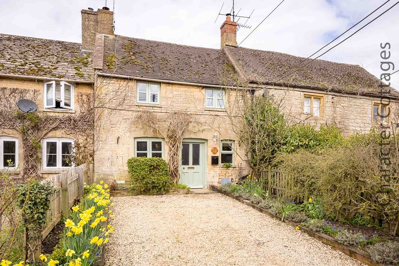 Welcome to Crafty Fox Cottage, a beautiful holiday home in the Cotswolds countryside