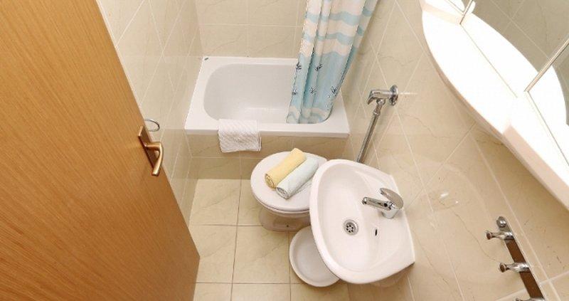 R1 (2): salle de bain avec WC