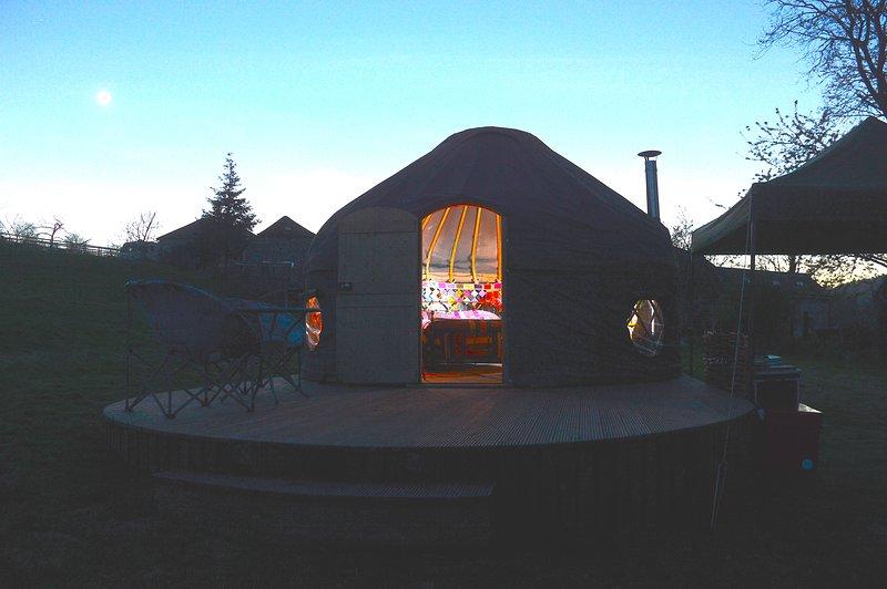 Orchard Yurt en el crepúsculo
