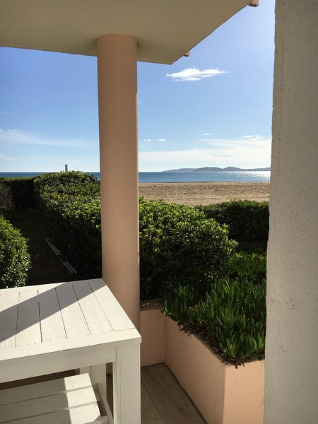 Apartment directly on Port Grimaud Beach with A/C, holiday rental in Port Grimaud