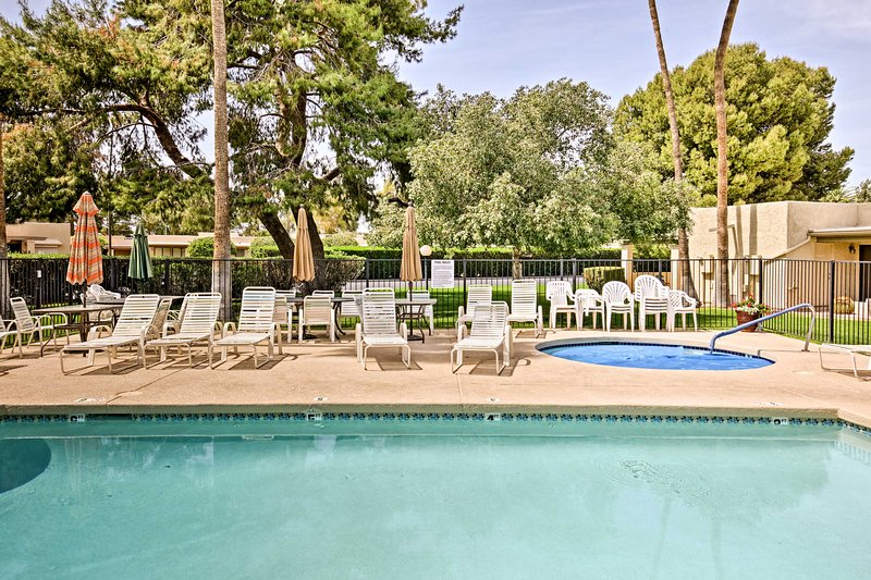 With access to a pool and golf course views, this home for 6 can't be beaten.