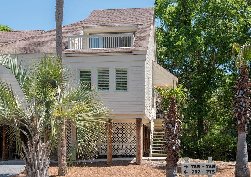 Bienvenido a 770 Spinnaker Beach House - una villa de fin con vistas a la laguna y al campo de golf.